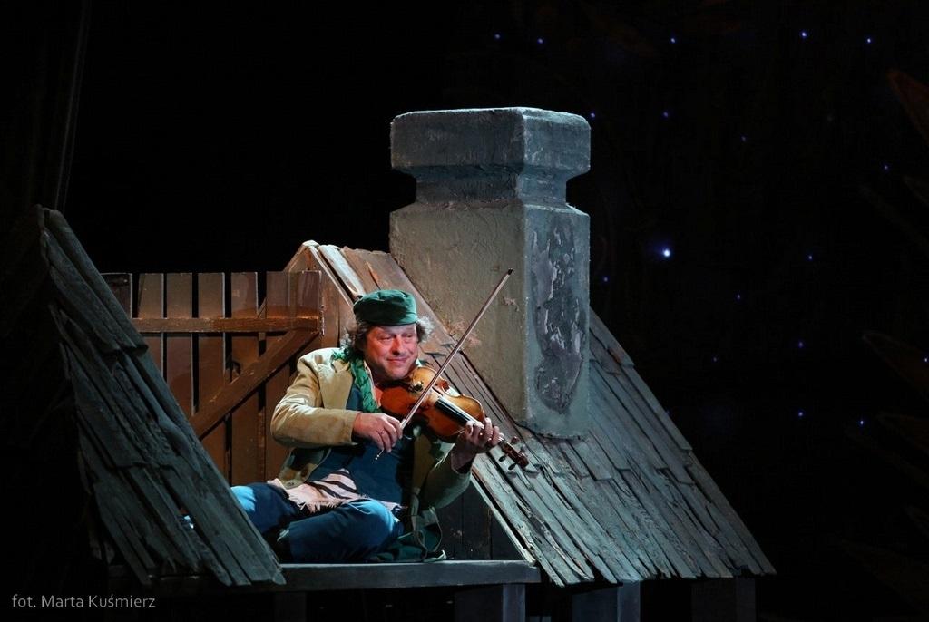 """""""Skrzypek na dachu"""", reż. Jan Szurmiej, fot. Marta Kuśnierz (źródło: materiały prasowe organizatora)"""