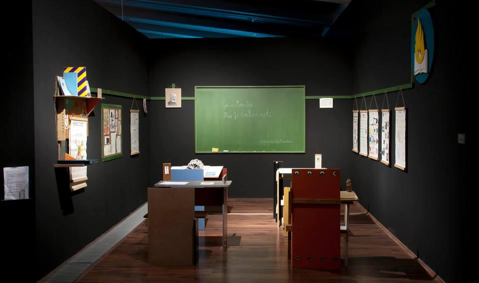 "Anikó Loránt / Tamás Kaszás (ex-artists' collective), ""Shelter of hope (Esperanto Classroom)"", 2004 (źródło: materiały prasowe organizatora)"