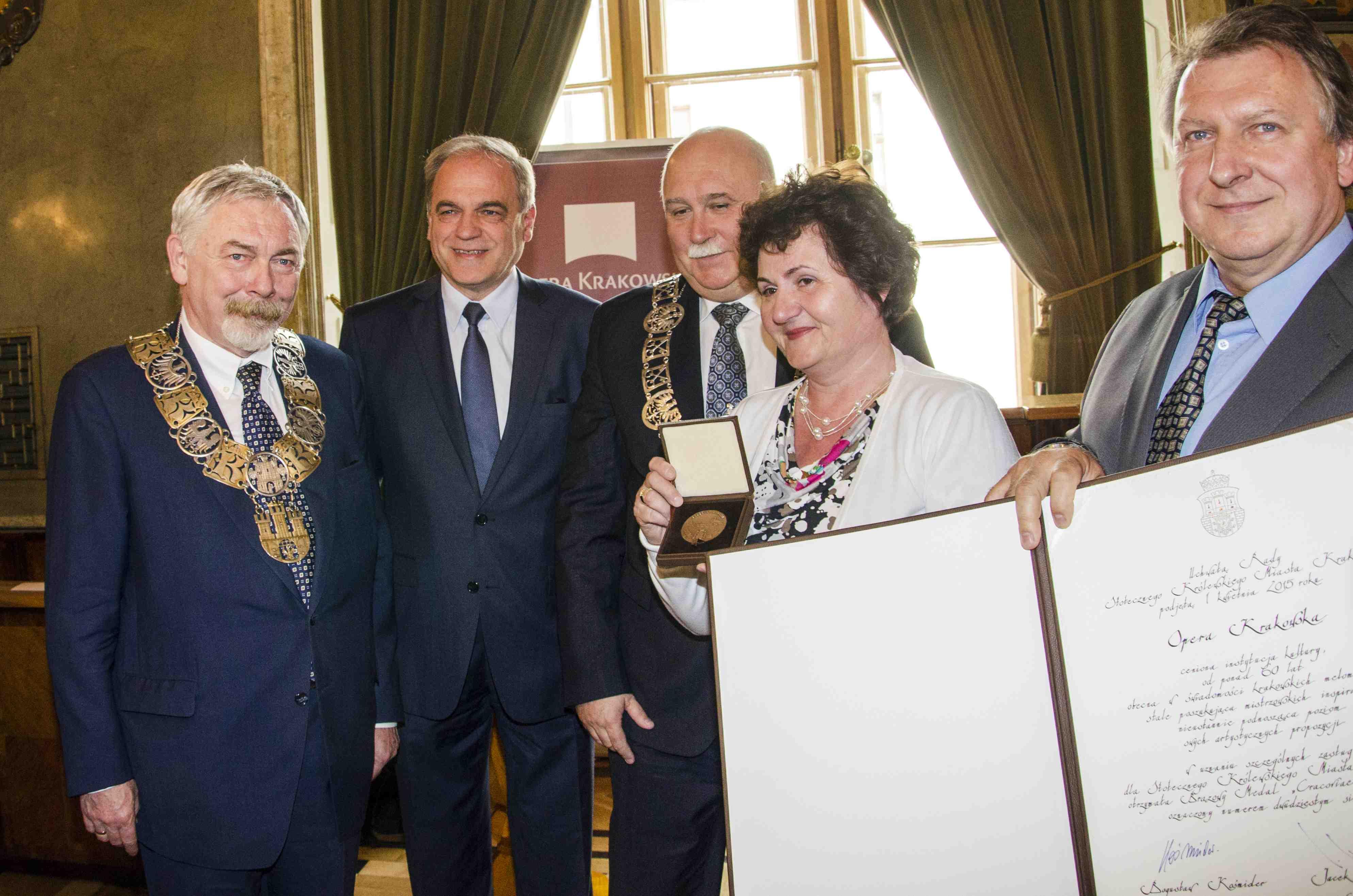 """Medal """"Cracoviae Merenti"""" dla Opery Krakowskiej, fot. Ryszard Kornecki (źródło: materiały prasowe)"""