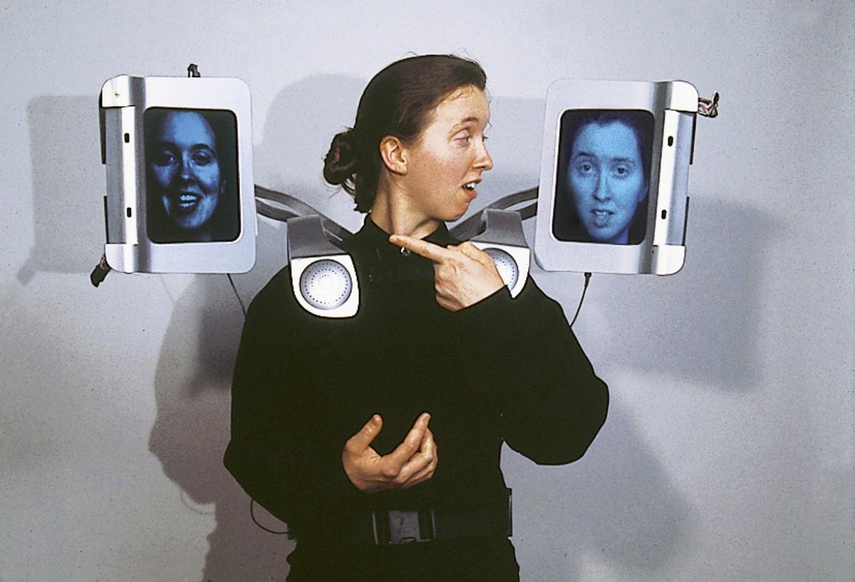 """Krzysztof Wodiczko, """"Egida. Wyposażenie dla miasta obcych"""", 1998 (źródło: materiały prasowe)"""