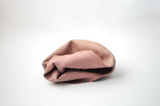 """Piotr Skiba, """"Vulgar Display of Power"""", electric floor fan, silicone mask, cotton hoodie; 2013 (źródło: materiały prasowe)"""