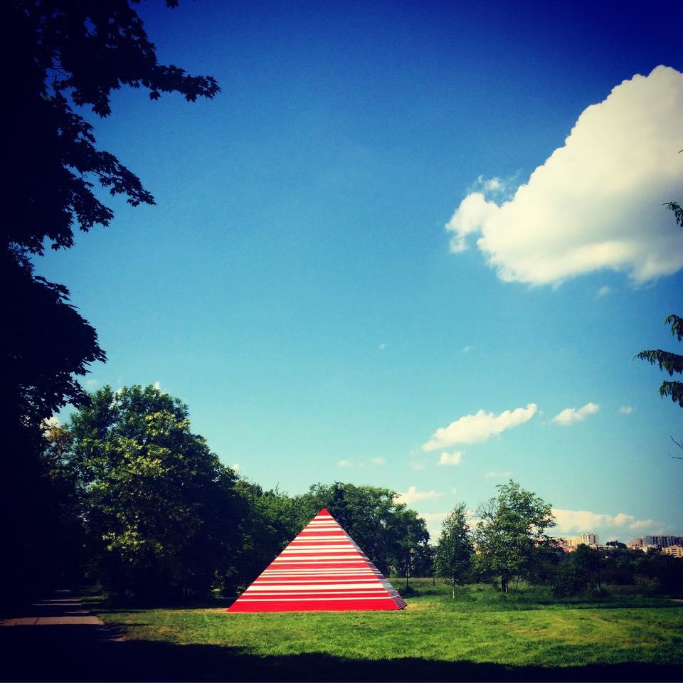 """""""Piramida"""" Maurycego Gomulickiego na terenie Muzeum Lotnictwa Polskiego, fot. Agata Migas-Majoch (źródło: materiały własne)"""