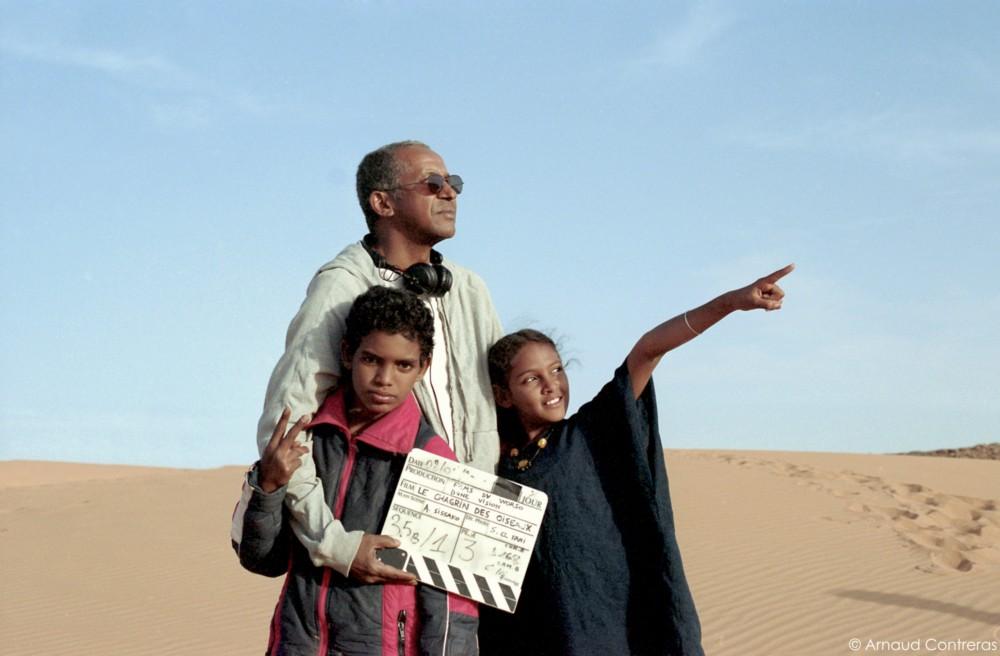 """Abderrahmane Sissako na planie """"Timbuktu"""" (źródło: materiały prasowe dystrybutora)"""