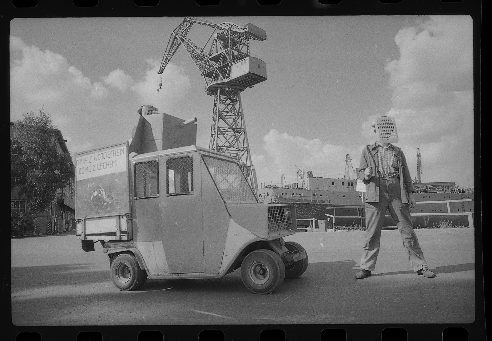 """Jacek Piotrowski, wystawa """"Miasto – ludzie – auta. 1984–93"""", źródło (materiały prasowe organizatora)"""