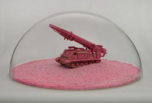 "Maurycy Gomulicki, ""PINK SCUD (Phallus necroicus) Barbie Holocaust (Pink Victory II)"", 2015, obiekt (źródło: materiały prasowe organizatora)"