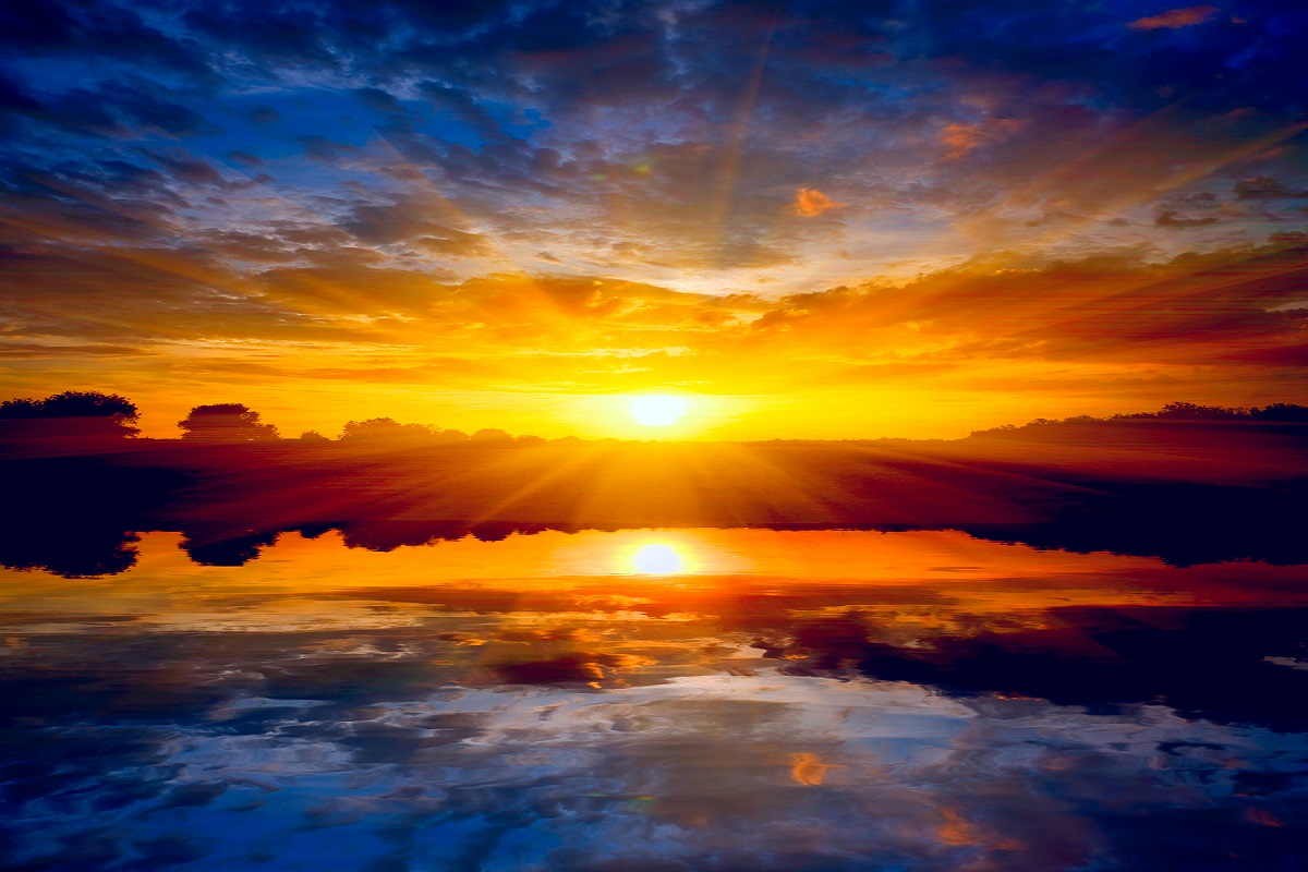 Zachód słońca nad morzem to jeden z najczęstszych motywów fotografii amatorskiej. Jak zwykle odrobina wysiłku włożona w znalezienie odpowiedniego punktu widzenia na pewno się opłaci, owocując zdjęciem ciekawszym niż ujęcia samej kuli słońca (źródło: materiały prasowe)