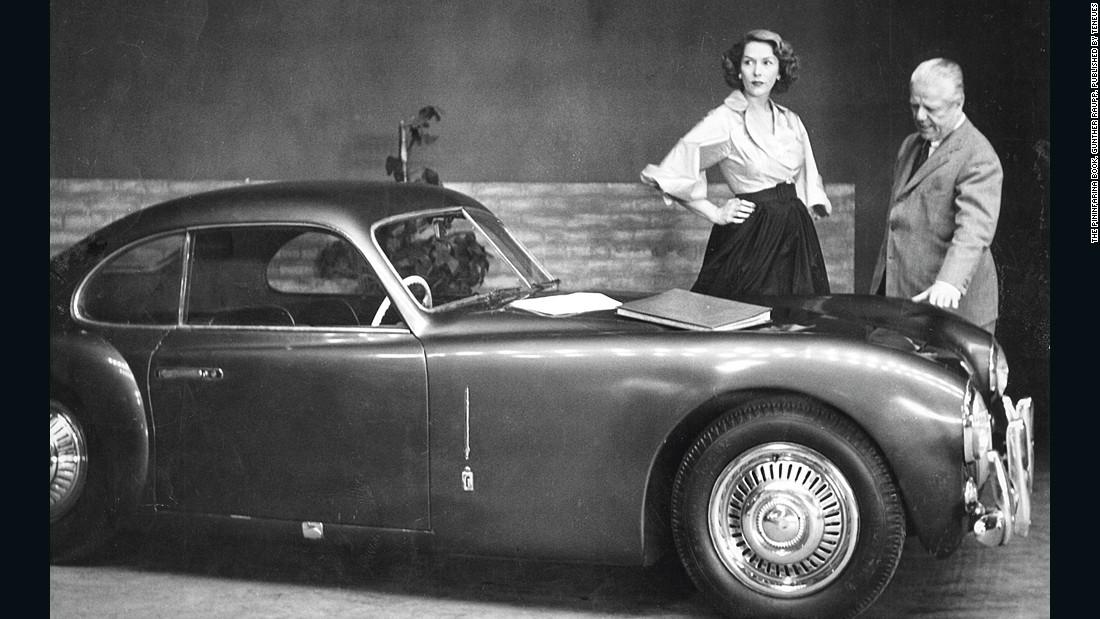 """1) Cisitalia 202 Gran Sport (1947). """"Nazwany ruchomą rzeźbą, to jedyny samochód stanowiący element stałej ekspozycji nowojorskiego MoMA od 1960 roku"""" (źródło: CNN Style)"""