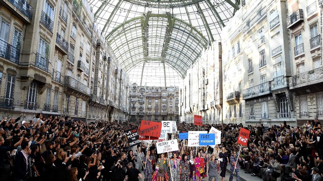 Podczas pokazu Chanel wiosna/lato 2015, Grand Palais przeistoczono w paryską ulicę, a maszerujące nią modelki w ulicznych protestujących pod wodzą Cary Delevigne (źródło: CNN Style)