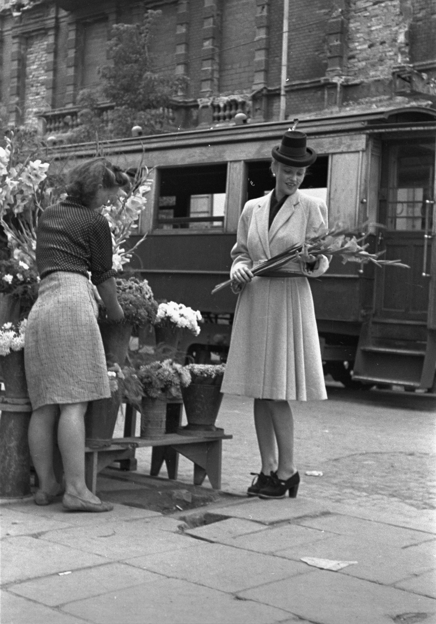 Warszawa, wrzesień 1946. Modelka prezentuje modny strój kobiecy na jesień. Fot. PAP / Jerzy Baranowski (źródło: materiały prasowe)