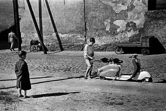 """Tadeusz Rolke, """"Brodnica, wycieczka skuterem"""", 1959 (źródło: materiały prasowe organizatora)"""