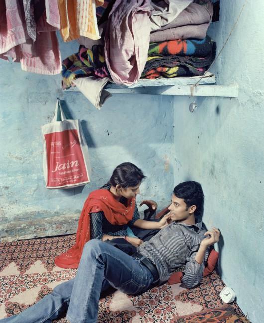 """Max Pinckers, """"Rajnish i Pooja w schronisku prowadzonym przez Love Commandos"""", nieujawniona lokalizacja, Indie, 2013, z cyklu """"Czy zaśpiewają niczym krople deszczu, czy nie ugaszą mojego pragnienia"""" © Max Pinckers (źródło: materiały prasowe organizatora)"""