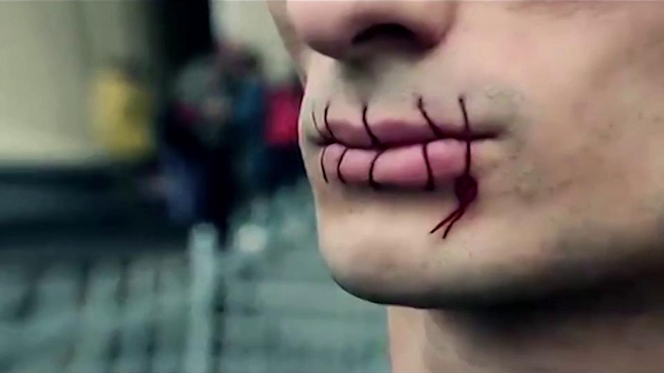 """Petr Pavlensky, """"Szew"""", wideodokumentacja performance'ów, 2012–2014 (źródło: materiały prasowe organizatora)"""