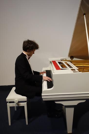 Koncert przy białym fortepianie (źródło: materiały prasowe organizatora)