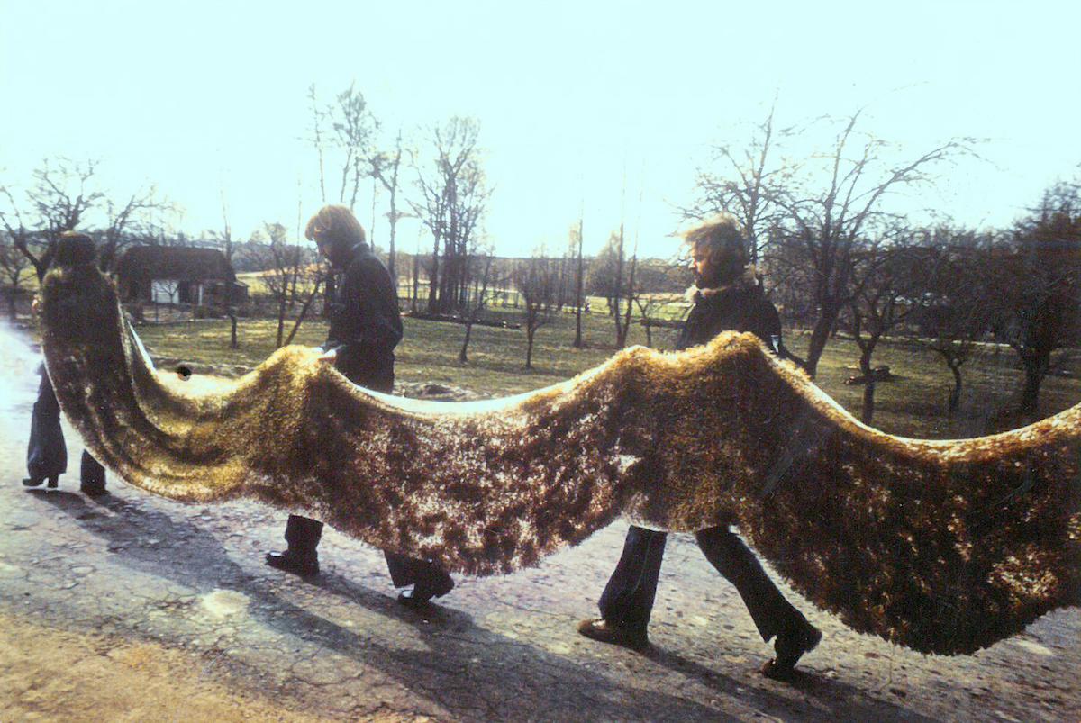 """Teresa Murak, """"Dywan Wielkanocny"""", Kiełczewice, 1974, fot. Leopold Sarnecki (źródło: materiały prasowe organizatora)"""