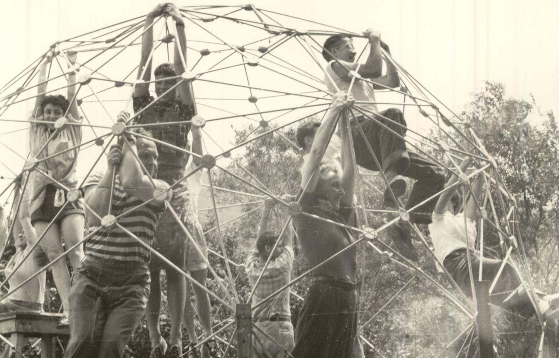 R. Buckminster Fuller, Kopuły geodezyjne (dokumentacja warsztatów), fot. Masato Nakagawa, 1949, dzięki uprzejmości Beaumont and Nancy Newhall Estate, Scheinbaum and Russek Ltd. oraz Western Regional Archives (źródło: materiały prasowe organizatora)