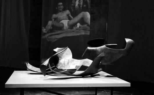 Rzeźba Krzysztofa M. Bednarskiego; w tle zdjęcie Ryszarda Cieślaka, któremu była dedykowana (źródło: materiały prasowe)