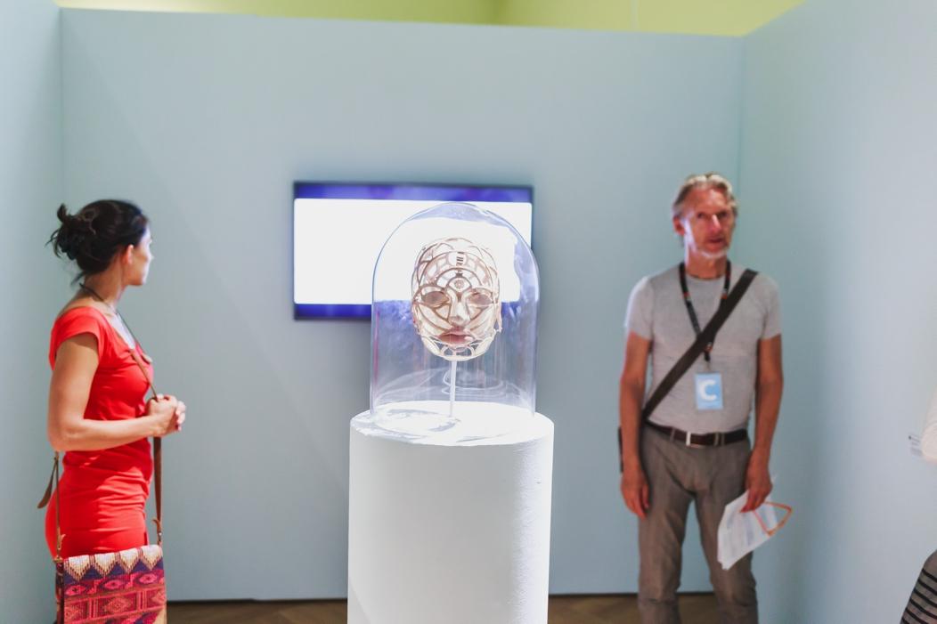 """Obiekt """"z głowy"""" autorstwa Diany Grabowskiej, w tle film będący częścią pracy. Praca zdobyła drugą nagrodę w konkursie w ramach tegorocznej edycji inSPIRACJI. Wystawa konkursowa """"MMERSIONS / ZANURZENIA"""" (źródło: materiały prasowe organizatora)"""