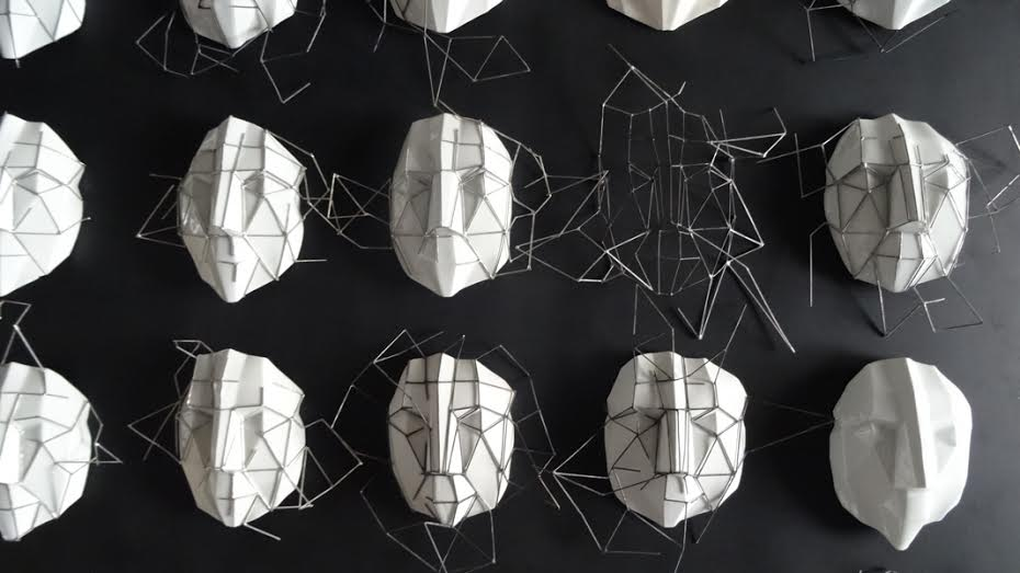 """Piotr Micek, instalacja """"Maski"""" w ramach wystawy """"Wire-less"""" (źródło: materiały prasowe organizatora)"""