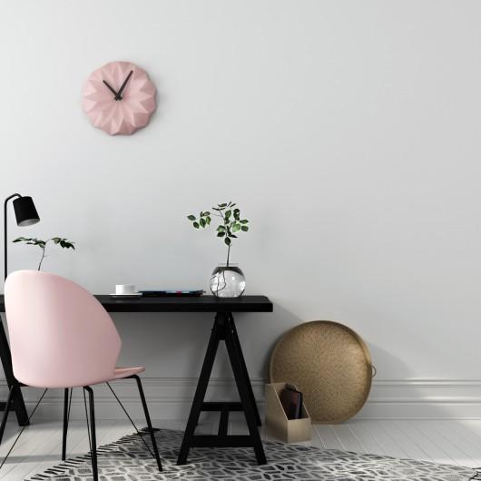 Stylowe miejsce pracy z interesującym połączeniem czarnego drewnianego stołu i różowego krzesła