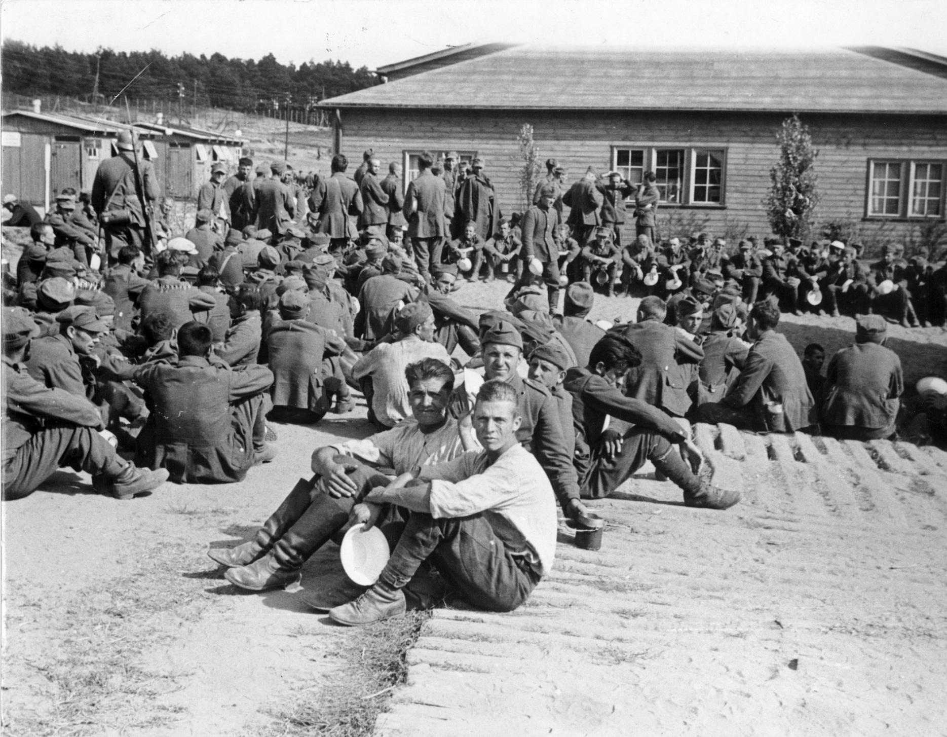 W obozie przejściowym dla polskich jeńców wojennych, więźniowie oczekujący na posiłek, 12 IX 1939, fot. Hoffmann (źródło: materiały prasowe organizatora)