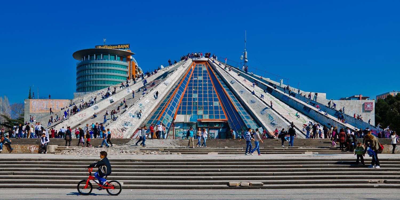 Piramida, budynek zrealizowany i otwarty w Tiranie w 1988 roku jako Muzeum Envera Hodży, obecnie Międzynarodowe Centrum Kultury, fot. Joni Baboci (źródło: materiały prasowe wydawcy)
