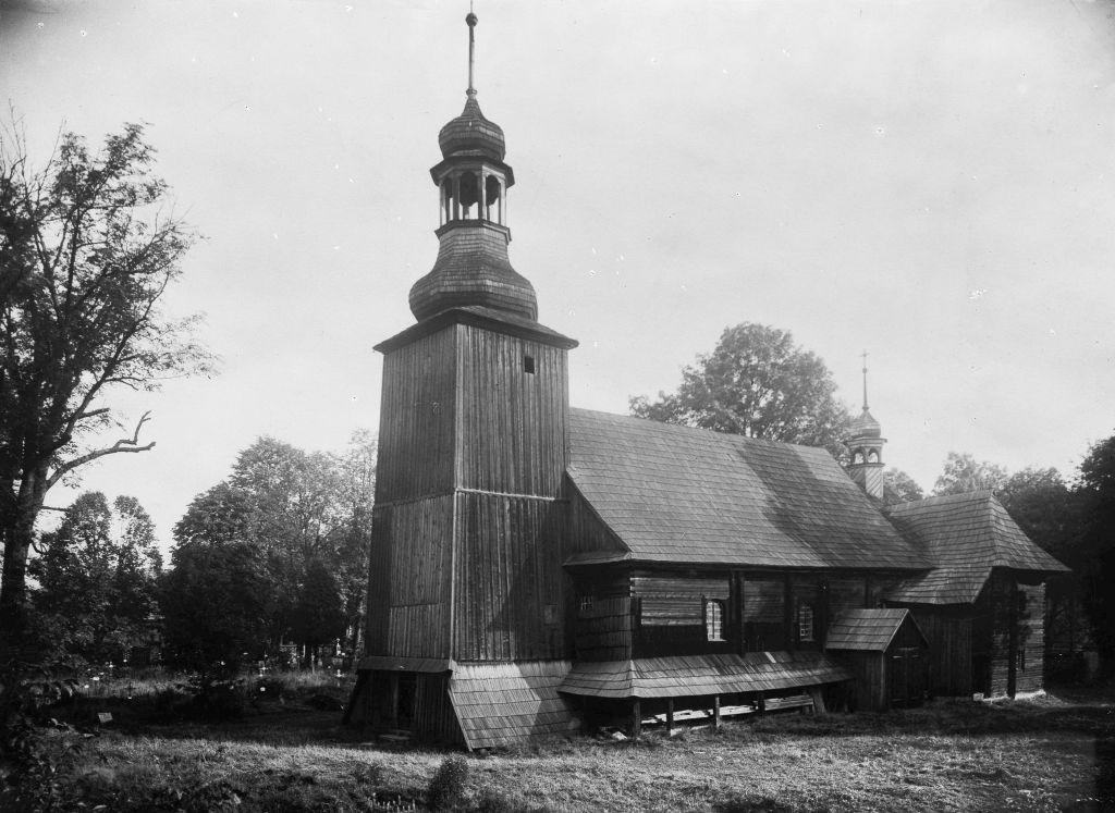 Kościół pw. św. Trójcy w Koszęcinie (powiat lubliniecki) wzniesiony w 1724 r., bryła kościoła, widok od strony południowo-zachodniej. Zdjęcie ze zbiorów Muzeum Górnośląskiego (źródło: materiały prasowe organizatora)