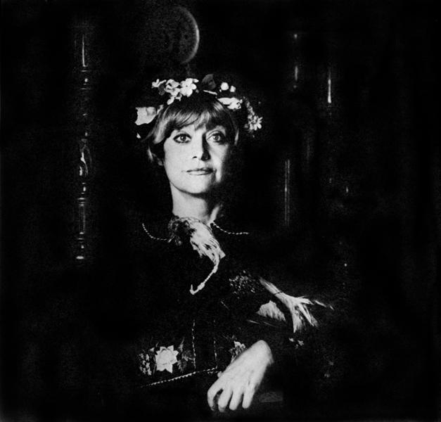"""Krystyna Sienkiewicz, zdjęcie z """"Haftowanych gałganów"""" z 1988 roku (źródło: Wikimedia Commons)"""
