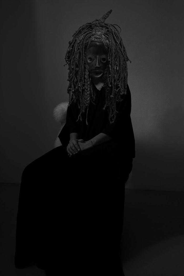 """Fot. Sofia Goscinski, """"Autoportret z rytualną maską"""" (źródło: materiały prasowe organizatora)"""