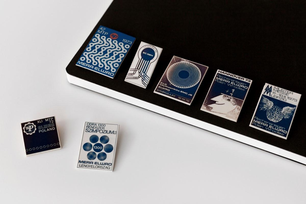 Przypinki projektowane z okazji imprez okolicznościowych, proj. Eugeniusz Get- Stankiewicz, 1972-1973 r., foto. Alicja Kielan (źródło: materiały prasowe organizatora)