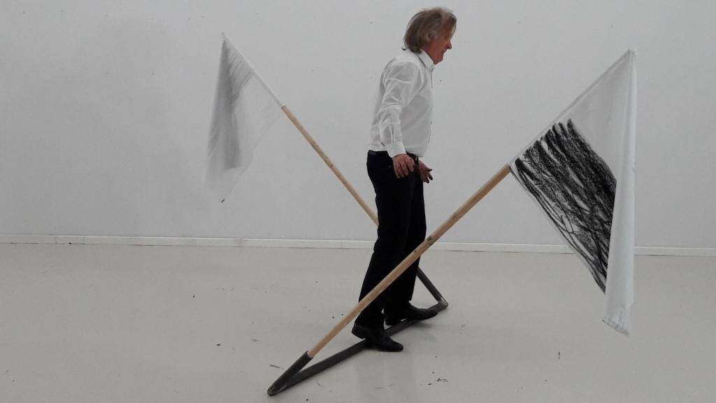 """Fot. Janusz Bałdyga, """"Dzień flagi"""", performance, rejestracja z 2017 (źródło: materiały prasowe organizatora)"""
