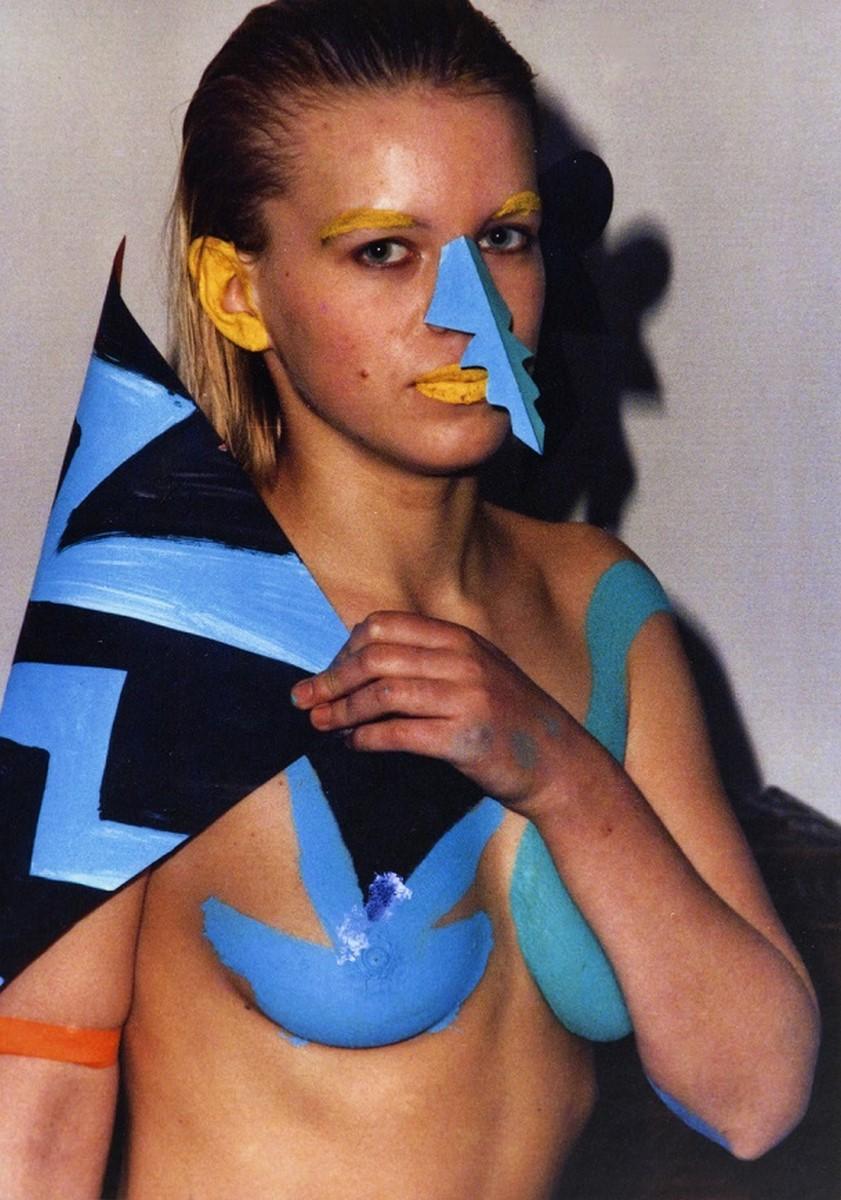 """Milan Knížák, """"Pokaz mody"""", 1987, fotografia z performansu, Archiwum MOCAK-u (źródło: materiały prasowe organizatora)"""