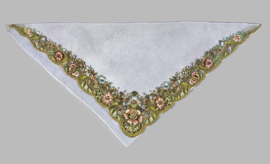 Chusta, Niemcy, 1. poł. XVIII w., jedwab, haft nićmi jedwabnymi i nicią metalową (źródło: materiały prasowe organizatora)