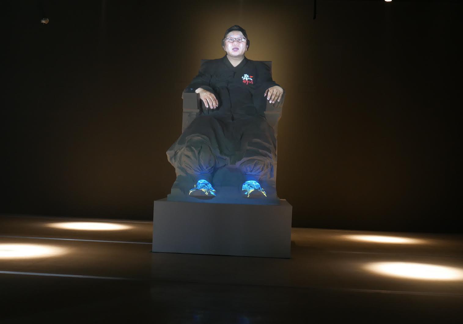 """Krzysztof Wodiczko, """"My Wish"""", 2017, projekcja na kopię pomnika Kim Koo, widok wystawy """"Instruments, Monuments, Projections"""", National Museum of Modern and Contemporary Art, Seul, 2017, fot. Fundacja Profile (źródło: materiały prasowe)"""