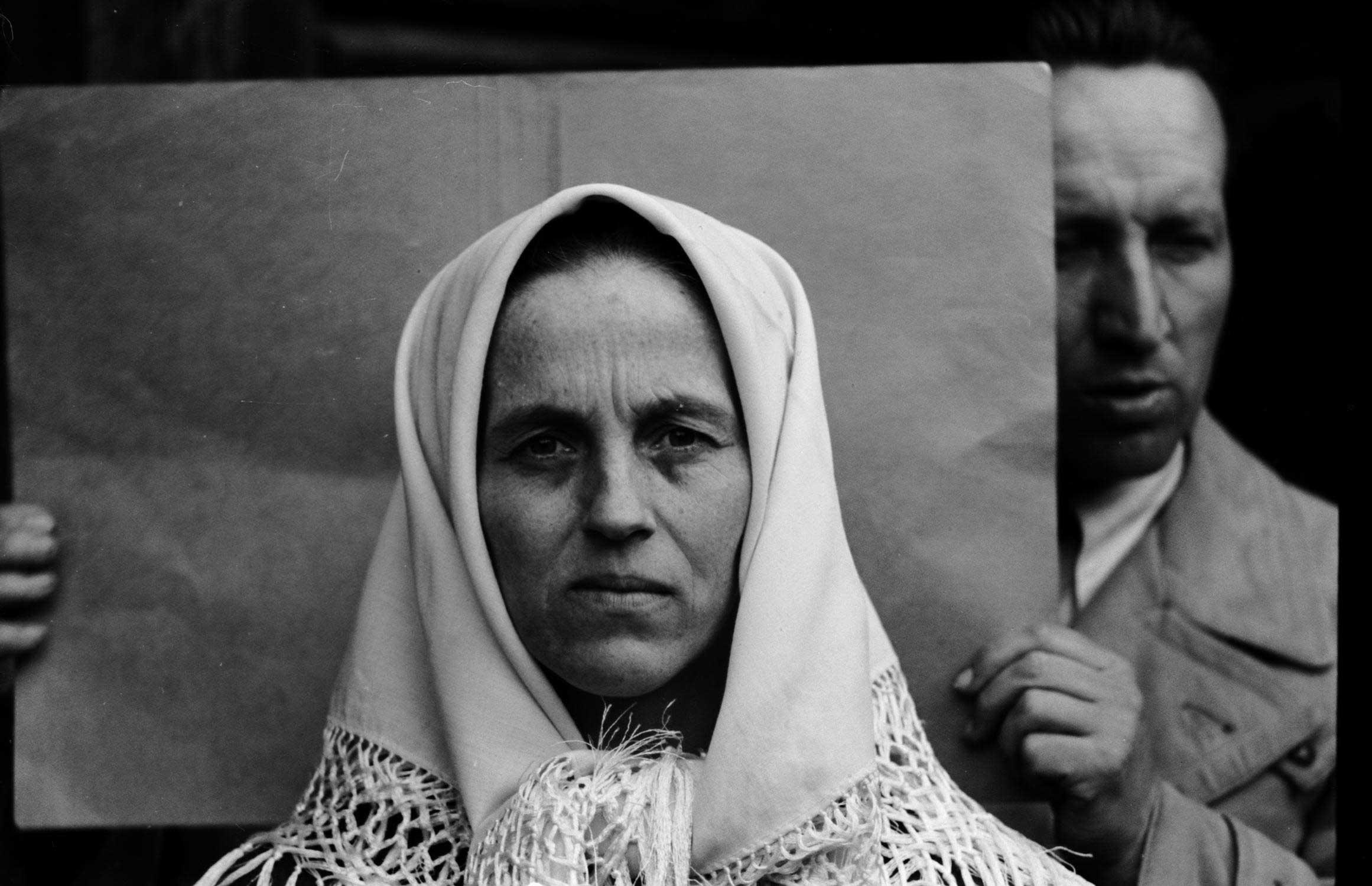 Autor nieznany, Fotografia twarzy kobiety, za nią badacz IDO, ze zbiorów AUJ (źródło: materiały prasowe organizatora)