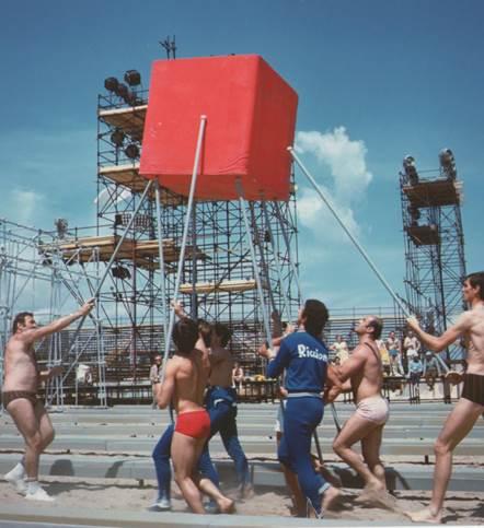 """Cubo Race, Jeux Sans Frontières, 1971. Fotografia z książki """"Sportification / Eurovisions, Performativity and Playgrounds, Viaindustriae ublishing"""", 2017 (źródło: materiały prasowe organizatora)"""