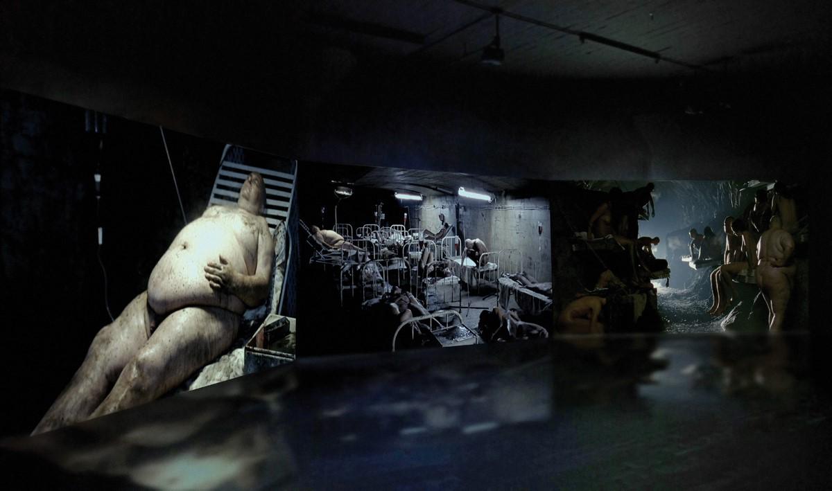 """Wojtek Ulrich, """"Scum"""", wideo instalacja, 2007 (źródło: materiały prasowe organizatora)"""
