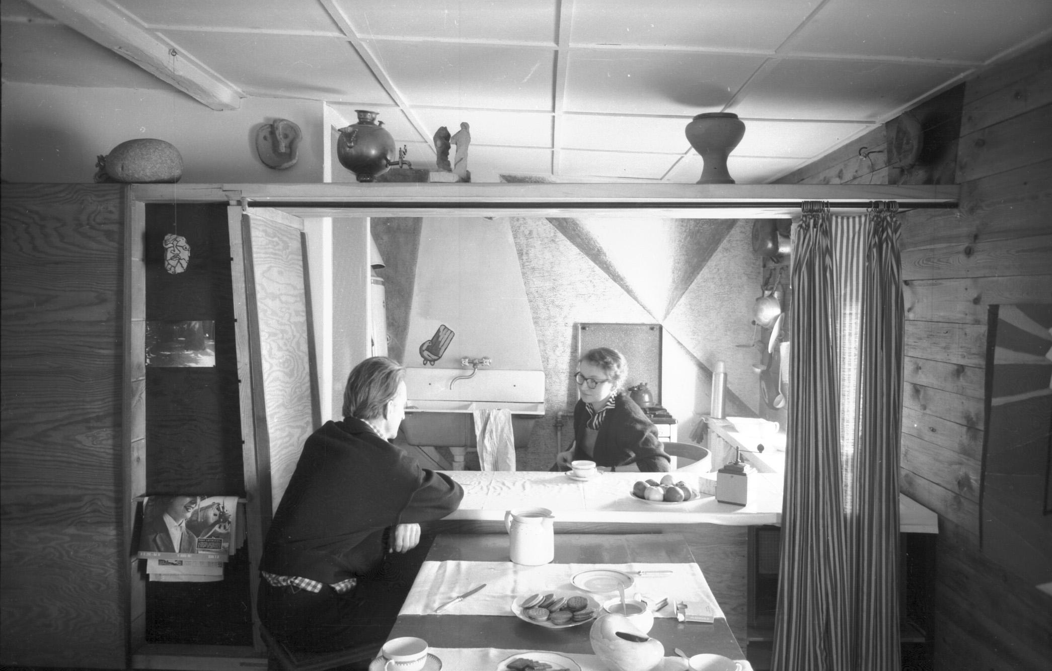 Oskar i Zofia Hansenowie w mieszkaniu przy ul. Sędziowskiej w Warszawie, 1958. Dzięki uprzejmości Fundacji Zofii i Oskara Hansen (źródło: materiały prasowe organizatora)