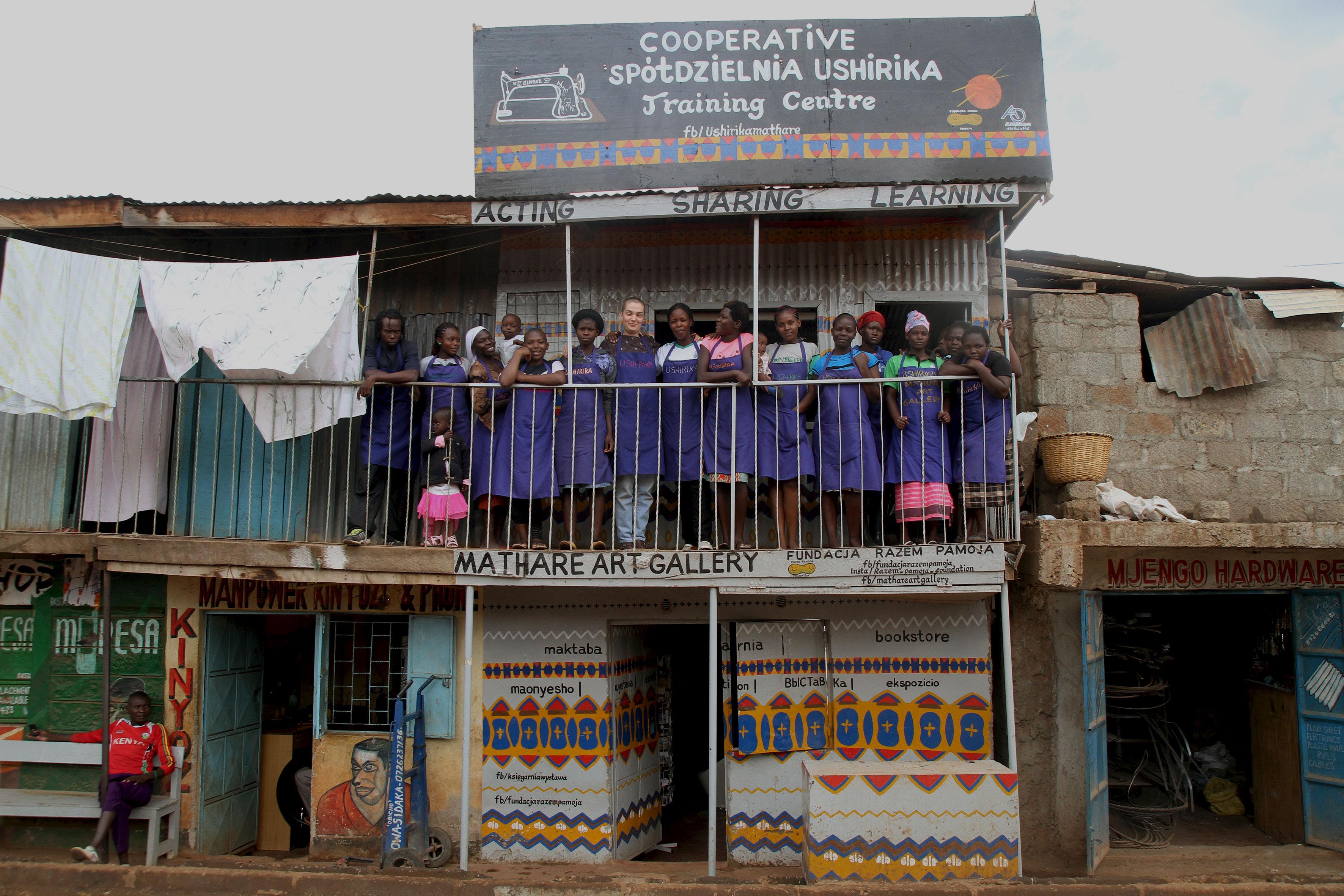 Polska artystka Alicja Wysocka pracuje z grupą kobiet z dzielnicy slamsów Mathare w Nairobi. Spółdzielnia USHIRIKA szyje torby i buty, a ich dystrybucja w Europie pomaga przeżyć im w bardzo trudnych warunkach i rozwijać dalszą działalność. Fot. archiwum artystki (źródło: materiały prasowe organizatora)