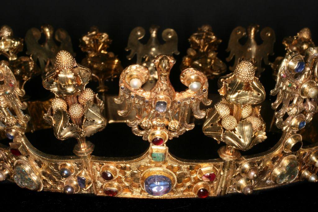Korona kobieca z orłami, początek XIV w. Paryż (?), Włochy(?). Złoto, kamienie szlachetne, perły, emalia (Źródło: materiały prasowe organizatora)