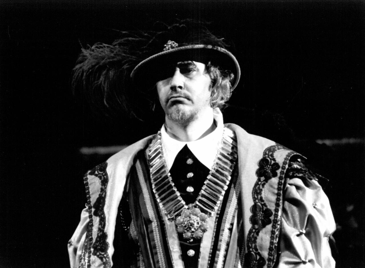 """Romuald Tesarowicz w spektaklu """"Ernani"""" Giuseppe Verdiego z 1990 r. / fot. Chwalisław Zieliński (dzięki uprzejmości Teatru Wielkiego w Łodzi)"""