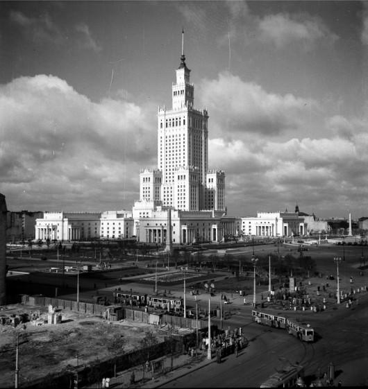 Zbyszko Siemaszko, Pałac Kultury i Nauki w Warszawie, lata 1955 – 1956. Narodowe Archiwum Cyfrowe, sygnatura 51-799-1 (źródło: materiały prasowe organizatora)