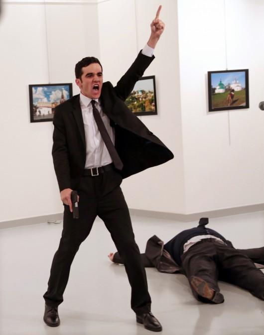 """""""Zamach w Turcji"""", Burhan Ozbilici, The Associated Press – Zdjęcie Roku 2016, World Press Photo 2017 (źródło: materiały prasowe)"""