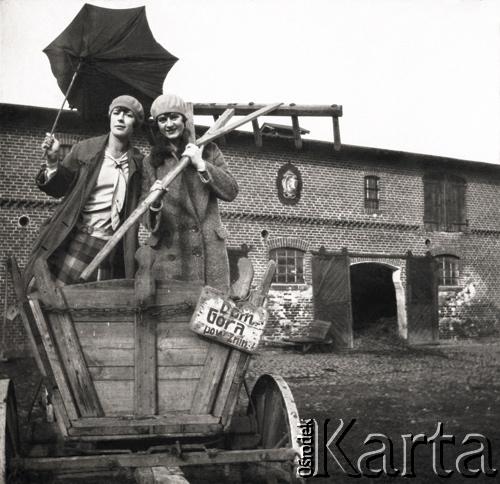 Wanda Murzynowska z domu Plater-Zyberek (z lewej) na podwórzu majątku Góra (źródło: materiały prasowe)