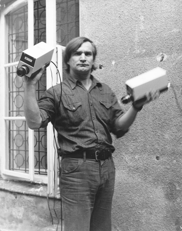 """Józef Robakowski, """"Ćwiczenie na dwie ręce"""", film – performance, 1976, fot. Andrzej Polakowski, zdjęcie z archiwum Galerii Labirynt (źródło: materiały prasowe organizatora)"""