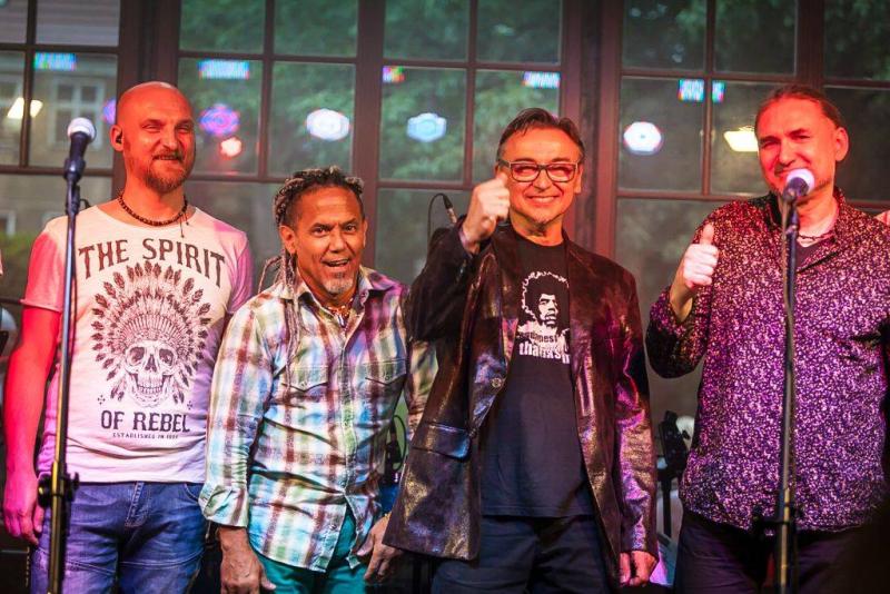 Leszek Cichoński wraz z zespołem oraz Jose Torres (źródło: materiały prasowe)