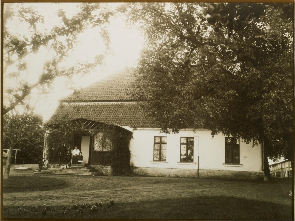 Dwór w Będominie po pożarze, zdjęcie z albumu pp. Dahlweid, NN, Będomin, przed 1912 rokiem, fotografia na papierze (źródło: materiały prasowe organizatora)