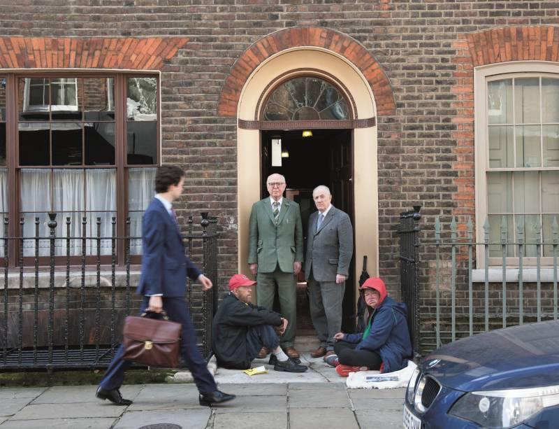 Gilbert & George z przyjaciółmi George'em Cromptonem i Tarą MCKerr. Image courtesy Gilbert & George. White Cube (źródło: materiały prasowe organizatora)