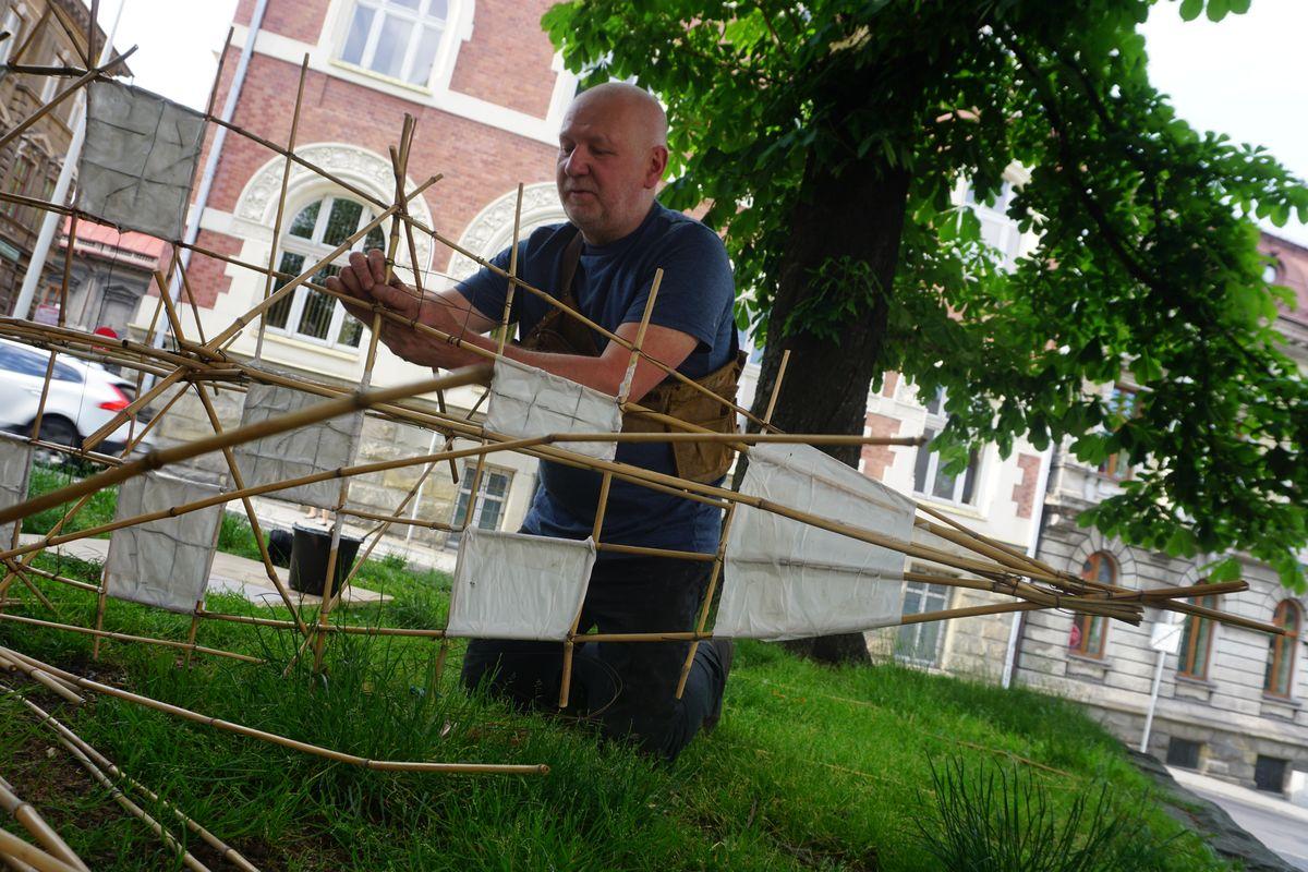 Waldemar Rudyk tworzący swoją instalację artystyczną z okazji 4. Bielskiego Festiwalu Sztuk Wizualnych 2018, fot. Beata Tarnawa (źródło: materiały prasowe organizatora)
