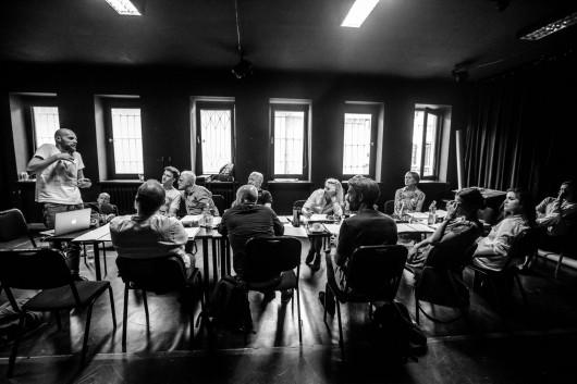 """""""Irańska konferencja"""", reż. Iwan Wyrypajew, fot. Kasia Chmura-Cegiełkowska (źródło: materiały prasowe organizatora)"""