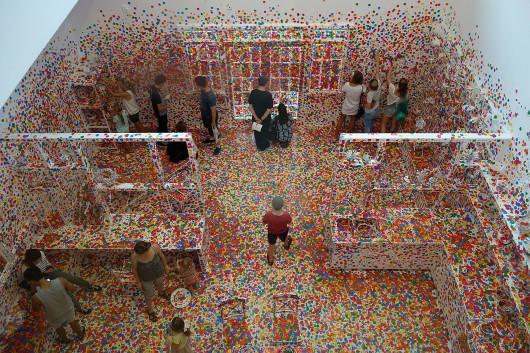 """Yayoi Kusama, """"Obliteration Room"""", 2015, Galeria Sztuki Nowoczesnej w Brisbane / Creative Commons (źródło: materiały prasowe organizatora)"""